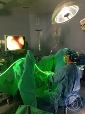 Doctor Gómez Pascual haciendo láser verde de prostata