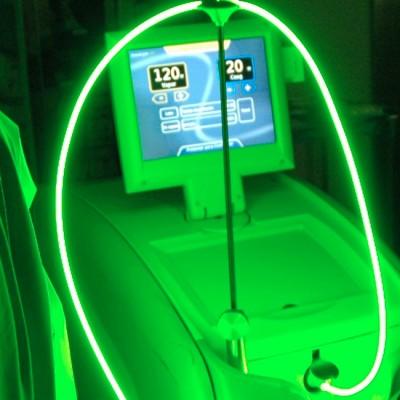 Detalle del Láser Verde en funcionamiento durante la cirugía