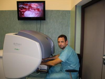 Consola de trabajo del sistema robótico Da-Vinci. Curso y entrenamiento realizados en Fundación IAVANTE, Granada 2009